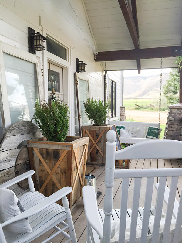 This farmhouse outdoor garden tour is amazing. So much eye candy.