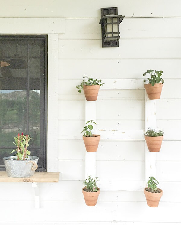 This DIY farmhouse style wall planter is so easy! You've got to check this out.
