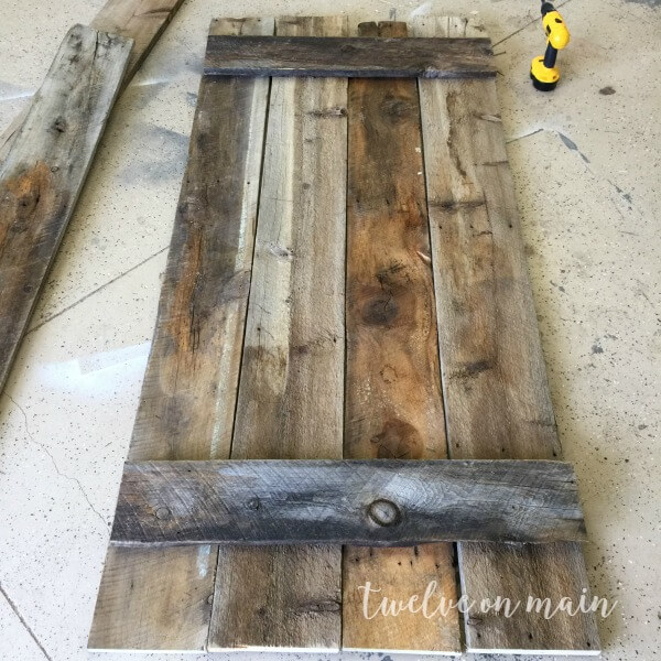 This tutorial on how to make a simple barn door is so easy!  I love the idea of using it as a backdrop!