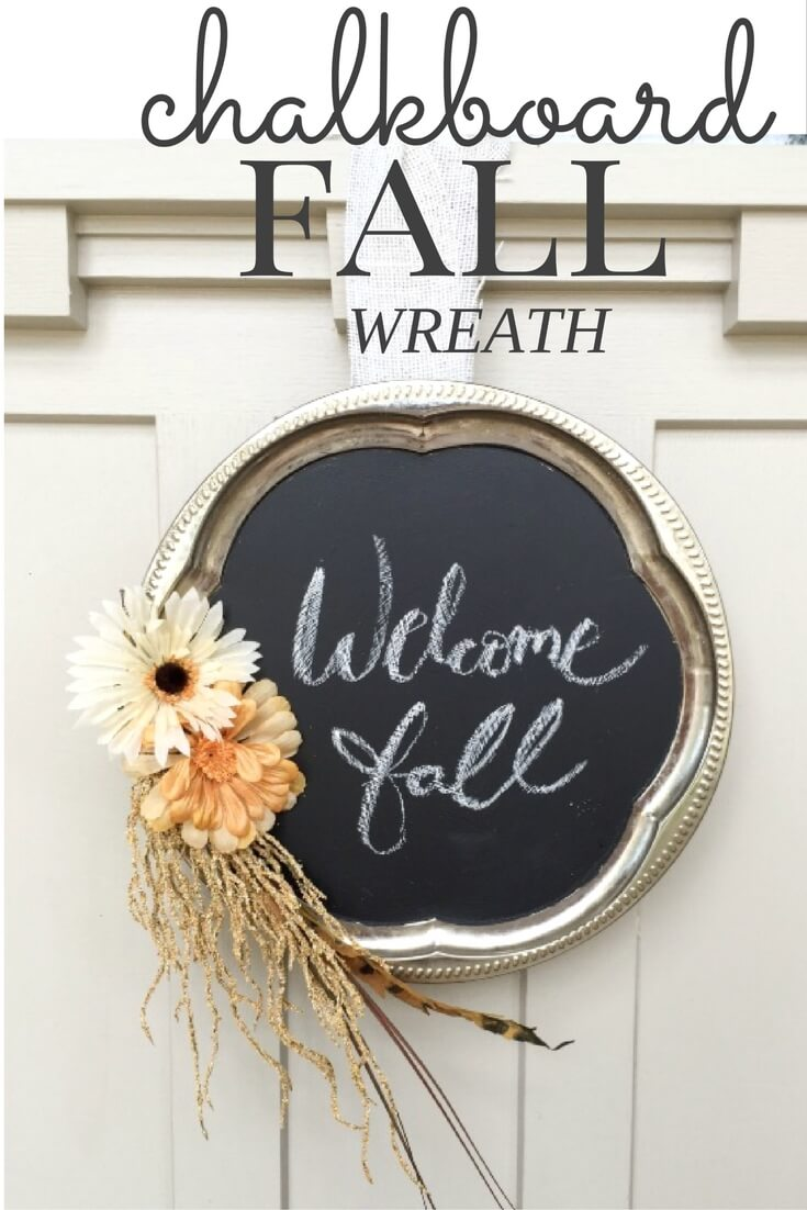 Are you looking for an easy fall wreath? This chalkboard fall wreath is so original and easy to make as well!