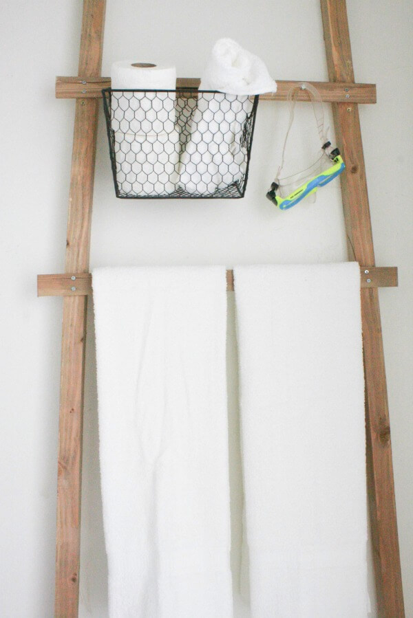 I love this towel ladder storage in this budget friendly bathroom makeover! www.twelveonmain.com