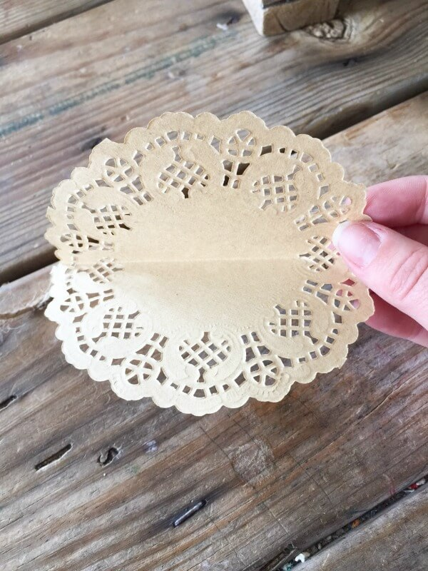 Do you have 10 minutes? Well, then you have enough time to make these simple and easy DIY doily garland! Its a quick and easy DIY project!