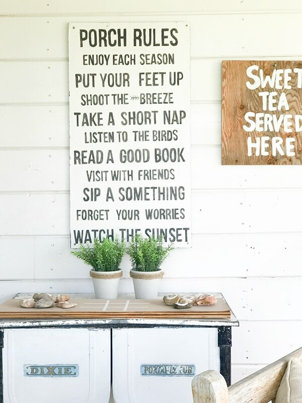 Love how they used this vintage laundry washtub in their farmhouse summer porch decor.