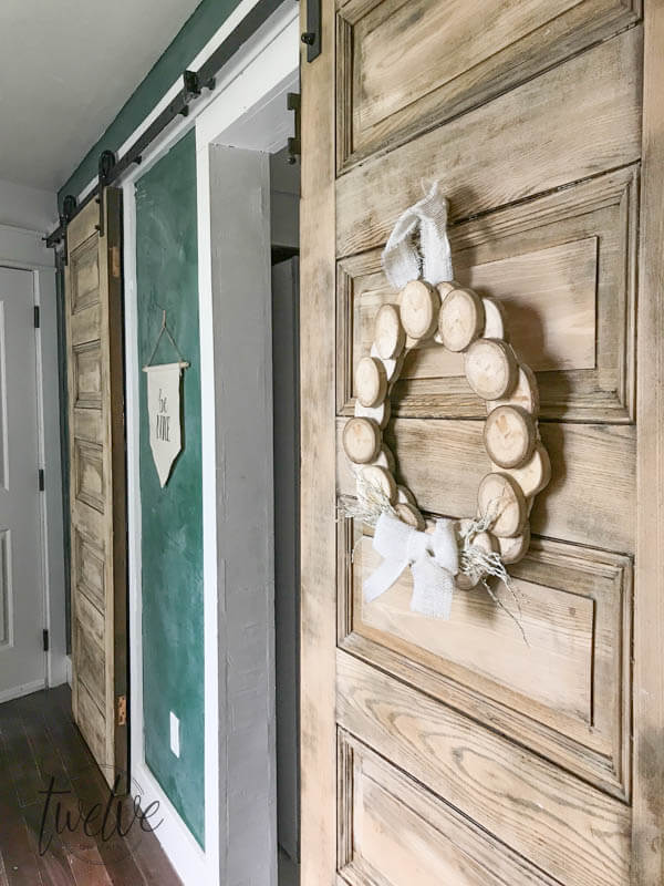I love this easy DIY wood slice wreath! With its rustic wood detail and neutral farmhouse style its perfect for any space! These are so easy to make and they can look great for fall, or any time of year! Make one for yourself!