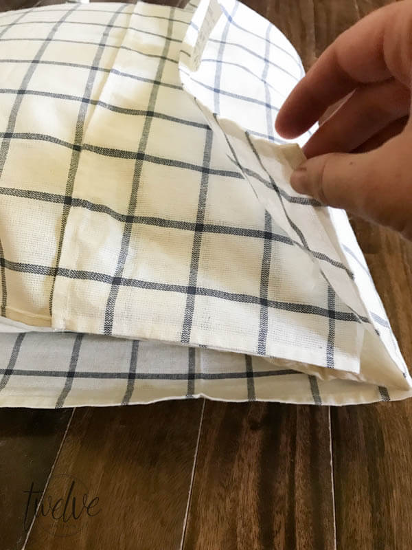 The ultimate guide to farmhouse pillows using IKEA tea towels 4 different ways! Can you believe it? The best collection I have seen!