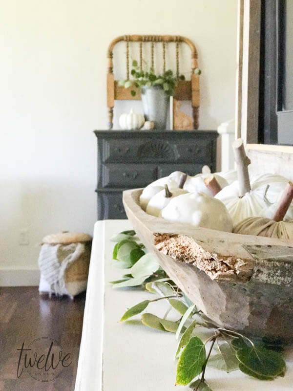 Neutral fall decor that you will fall in love with! This farmhouse looks amazing decorated for fall!