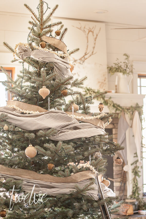 This farmhouse style Christmas tree combines texture, hygge, nature inspired elements, and some of that classic popcorn garland! Check it our for yourself!