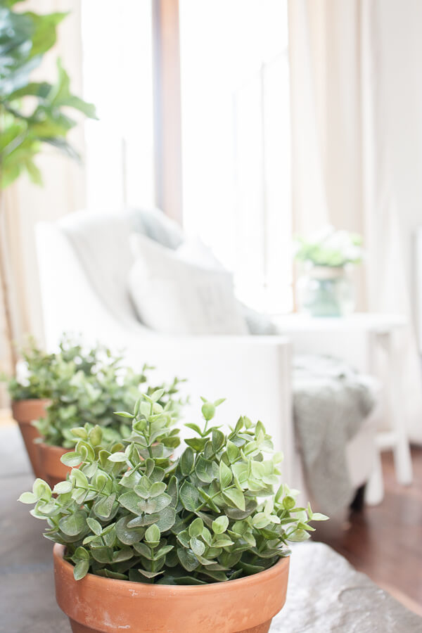 Farmhouse spring home decor, make sure you check out this whole space!