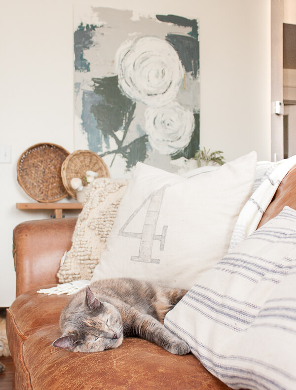 OMG I am dying. That cat, that artwork! This home is so full of charm and farmhouse spring home decor!