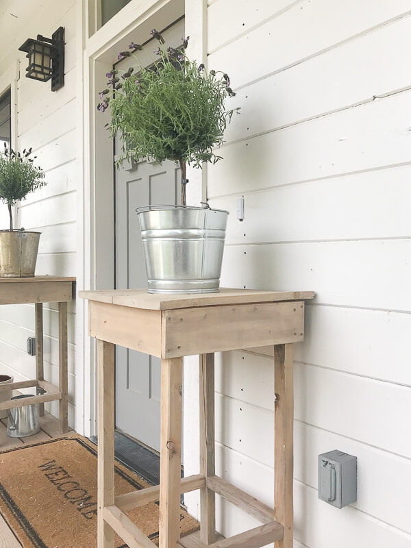 I love these rustic outdoor side tables! Check out the full tutorial here!