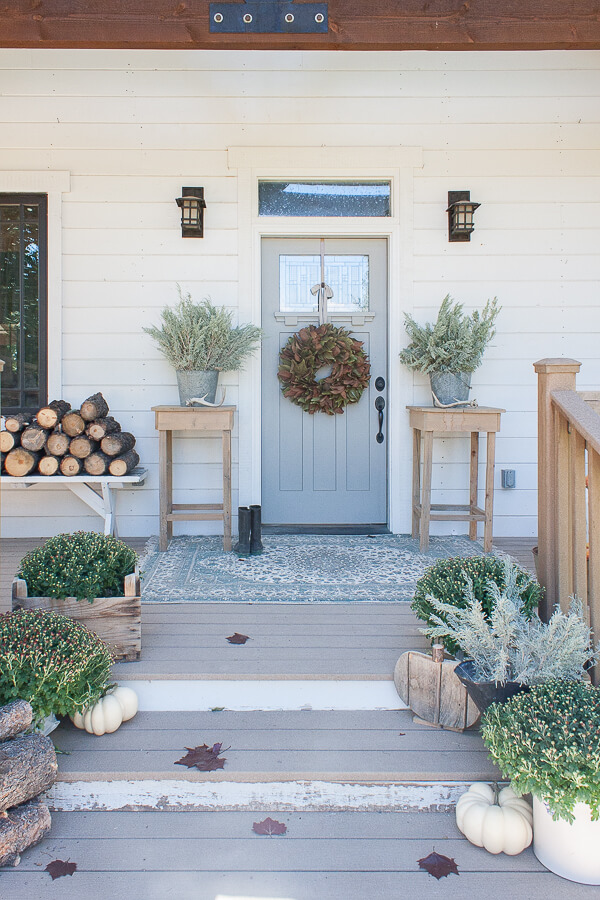 Fall decor on the porch without any real pumpkins? Its crazy but its true!