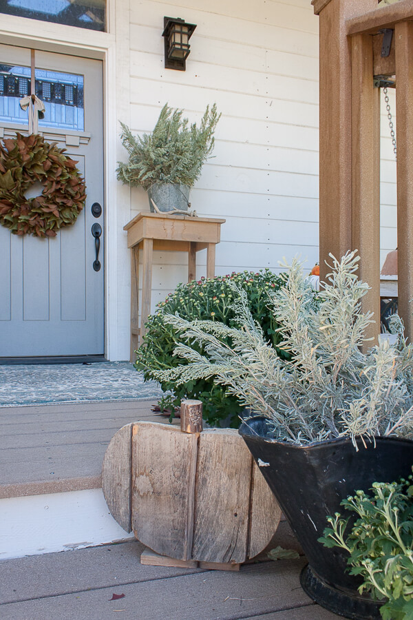 Fall decor on the porch that you will drool over