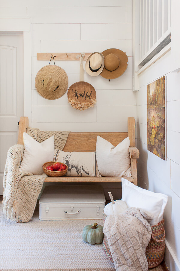 Love this farmhouse style fall decor for the entryway! Give guest a great first impression!