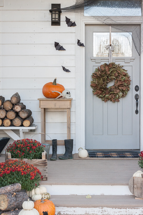 Super cute Halloween porch decor