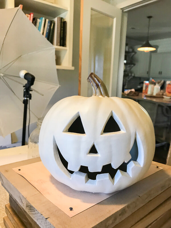 How to paint plastic jack-o-lanterns for chic Halloween decor