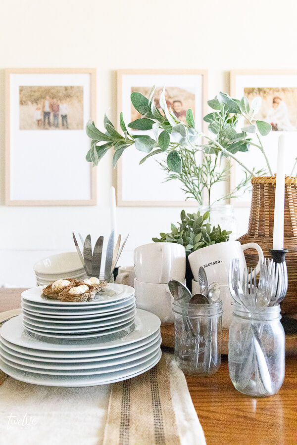 Gorgeous laid back spring tablescape that is functional and perfect for entertaining!