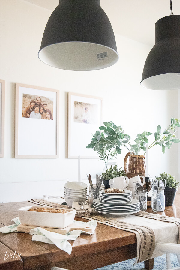 Gorgeous modern farmhouse dining room featuring a stylish laid back spring tablescape that makes entertaining a breeze!
