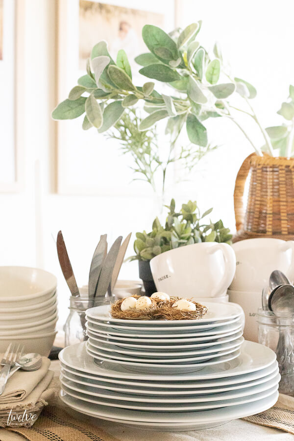 A super laid back and stylish spring tablescape that makes entertaining so easy!