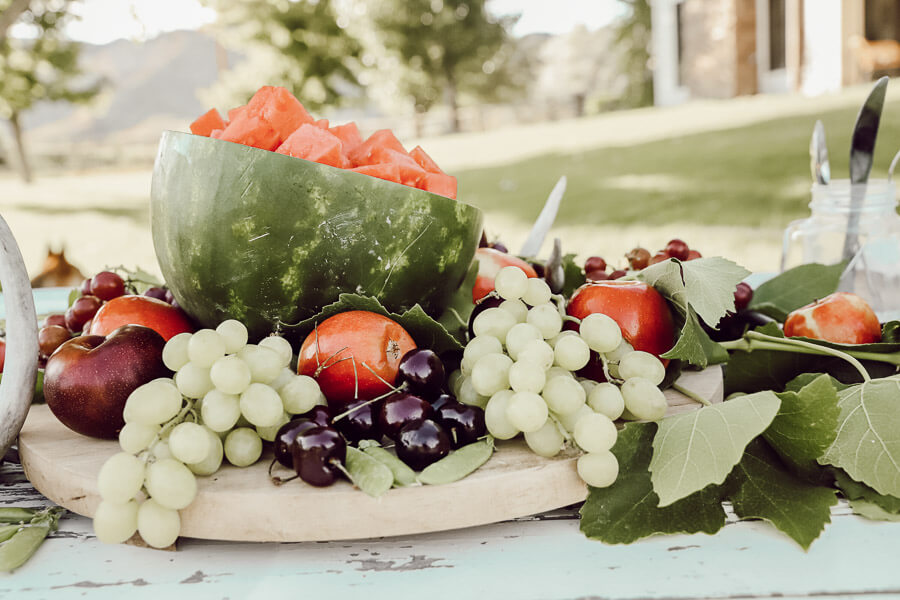 Gorgeous summer tablescape ideas!  Try this edible summer centerpiece out!  Its so fun and so delicious!