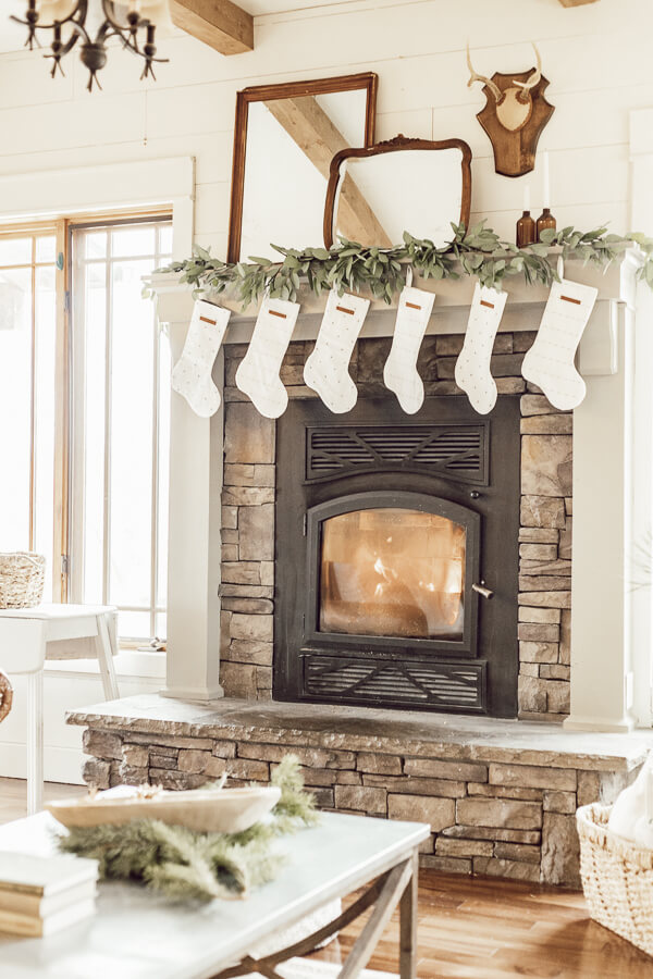Gorgeous Christmas living room decor created so easily! Make your Christmas living room decor cozy and inviting in no time.