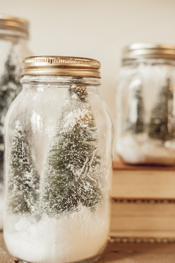 Cute mason jar crafts for Christmas! These mason jar Christmas tree scenes are the perfect addition to your homes Christmas decor!