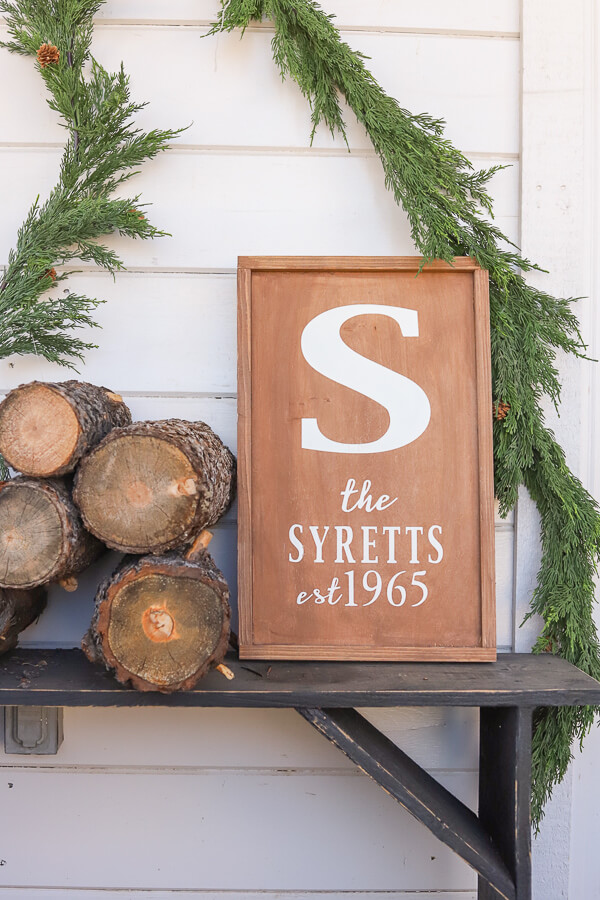 How to make a custom monogrammed wood sign at home! These make the perfect personalized Christmas gift for friends and family! I used my Cricut Maker to create this amazing gift for my family!