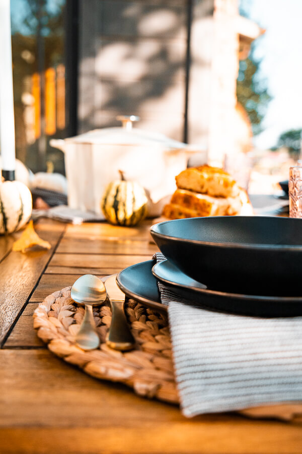 Simple outdoor fall table decor ideas to take your boring table to fabulous and it is so easy and affordable!  Check out these great ideas.